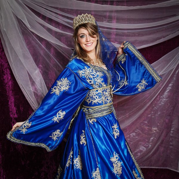 Caftan Fez bleu roi en satin brodé
